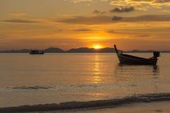 Mer, bateau, coucher du soleil Photographie stock libre de droits