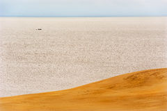 Mer, bateau, dunes Image libre de droits