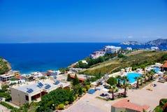 Mer bleue à l'hôtel dans Aghia Pelagia (Crète), Grèce Image libre de droits