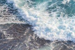 Mer bleue avec des ondes Image libre de droits