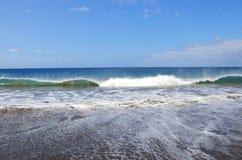 Mer bleue avec des ondes Photographie stock