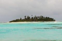 Mer bleue avec la petite île abandonnée Photo stock
