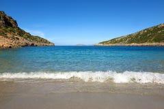 Mer bleue avec le ressac sur la plage photo stock