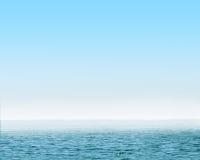 Mer bleue avec les ondes et le ciel bleu d'espace libre Image stock