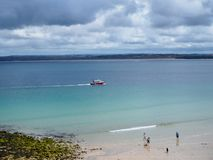 Mer bleue brillante à St Ives photos stock