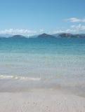 Mer bleue claire à la péninsule de Coromandel Images stock
