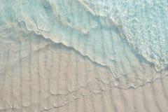 Mer bleue claire et vague molle Image libre de droits