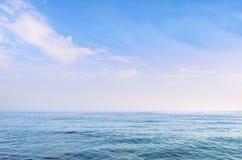 Mer bleue claire sous un beau ciel images stock