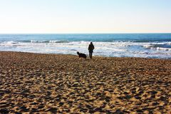 Mer bleue désolée dans le jour d'hiver photographie stock libre de droits