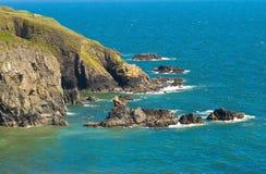 mer bleue de l'Irlande de falaises image stock