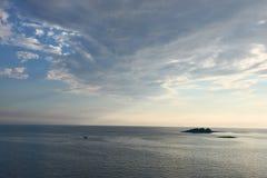 Mer bleue de Mer Adriatique à la soirée, Croatie Images libres de droits