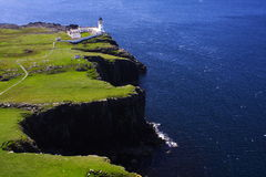 mer bleue de phare de falaises Photos libres de droits