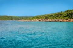 Mer bleue de plage de Marmaris belle sur le fond de montagnes Photographie stock