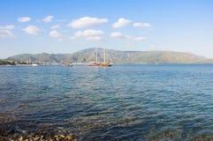 Mer bleue de plage de Marmaris belle sur le fond de montagnes Photo libre de droits