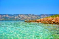 Mer bleue de plage de Marmaris belle sur le fond de montagnes Images stock