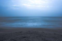 mer bleue en soirée photographie stock libre de droits
