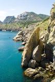 Mer bleue et montagnes rocheuses - 5 Photo libre de droits