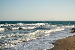 Mer bleue et un bateau Photos libres de droits