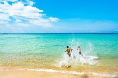Mer bleue et une réflexion mobile de lumière du soleil Images libres de droits