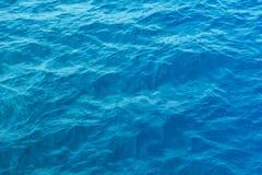 Mer bleue et une réflexion mobile de lumière du soleil Photos stock