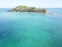 Mer bleue et verte et une île photos stock