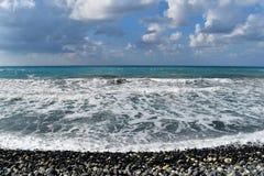 Mer bleue profonde et ciel nuageux Photo stock