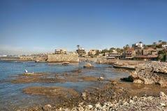 Mer bleue profonde et roches volcaniques dans Byblos Liban Image stock