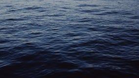 Mer bleue profonde Vagues de calme, mouvement lent Beauté naturelle, l'eau Aucune personnes autour L'atmosphère fraîche banque de vidéos