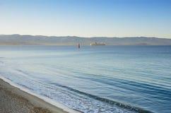 Mer calme avec un ferry éloigné dans la baie d'Ajaccio Photos libres de droits
