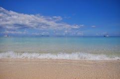 Mer calme bleue avec le sable blanc Photos libres de droits