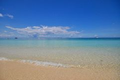 Mer calme bleue avec le sable blanc Photos stock