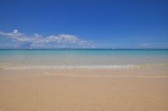 Mer calme bleue avec le sable blanc Photographie stock libre de droits