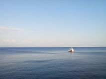 Mer calme bleue d'horizon Photographie stock