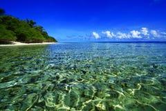 Mer clair comme de l'eau de roche Maldives Photographie stock