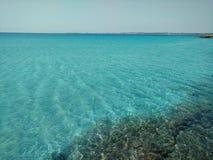 Mer clair comme de l'eau de roche près de Gallipoli, Italie Photos stock