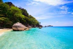 Mer clair comme de l'eau de roche tropicale, îles de Similan, Andaman Images stock
