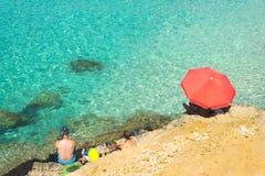 Mer clair comme de l'eau de roche sur l'île Comino dans la lagune populaire de bleu de plage de roche Scène aérienne de plage ave photos stock