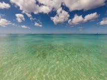 Mer claire en île tropicale dans les Caraïbe Image stock