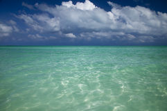 Mer claire et ciel bleu, paradis carribean Photo stock