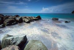 Mer claire par les roches Photos libres de droits