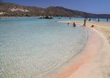 Mer claire peu profonde avec le sable rose chez Elafonisi, Crète Images libres de droits