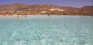 Mer claire peu profonde avec le sable rose chez Elafonisi, Crète Image libre de droits