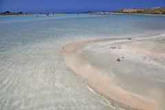 Mer claire peu profonde avec le sable rose chez Elafonisi, Crète Image stock