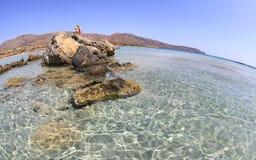 Mer claire peu profonde avec le sable rose chez Elafonisi, Crète Photos stock