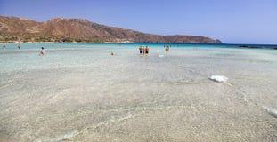 Mer claire peu profonde avec le sable rose chez Elafonisi, Crète Photo libre de droits