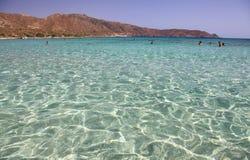Mer claire peu profonde avec le sable rose chez Elafonisi, Crète Photographie stock libre de droits