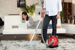 mer cleaner man som använder vakuum Arkivfoto