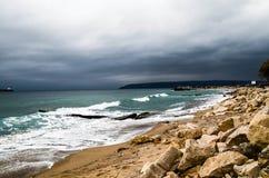 Mer coûtée avec les nuages lourds en hiver Photo stock