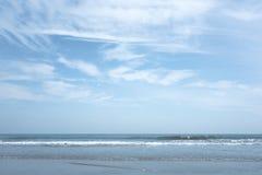 Mer d'été avec le ciel et l'espace libre Photos stock