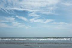 Mer d'été avec le ciel et l'espace libre Photos libres de droits